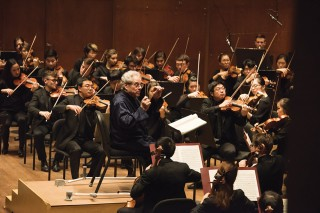 Itzhak Perlman Conducts the Juilliard Orchestra